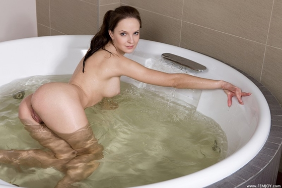 Голая купается в ванной фото