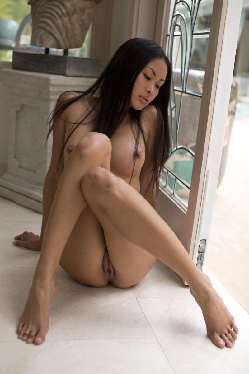 Oriental morena muito sensual e safada mostrando a buceta