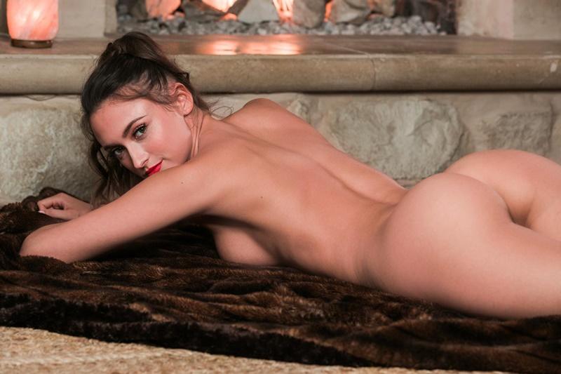 Deanna Greene moreninha sensual e muito gostosa safada empinando a bunda