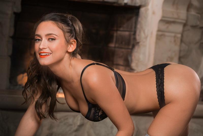 Moreninha sensual e muito gostosa safada empinando a bunda