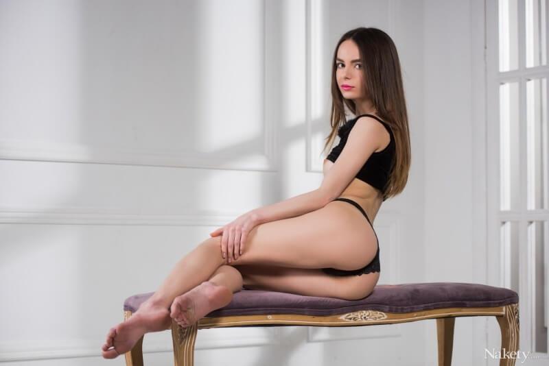 Debora A magrinha com a bunda perfeita e um belo par de seios.