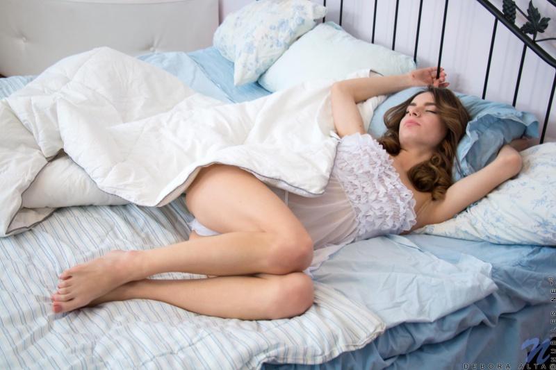 Debora Alta morena linda e muito sensual peladinha mostrando a buceta