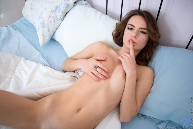 Morena linda e muito sensual peladinha mostrando a buceta
