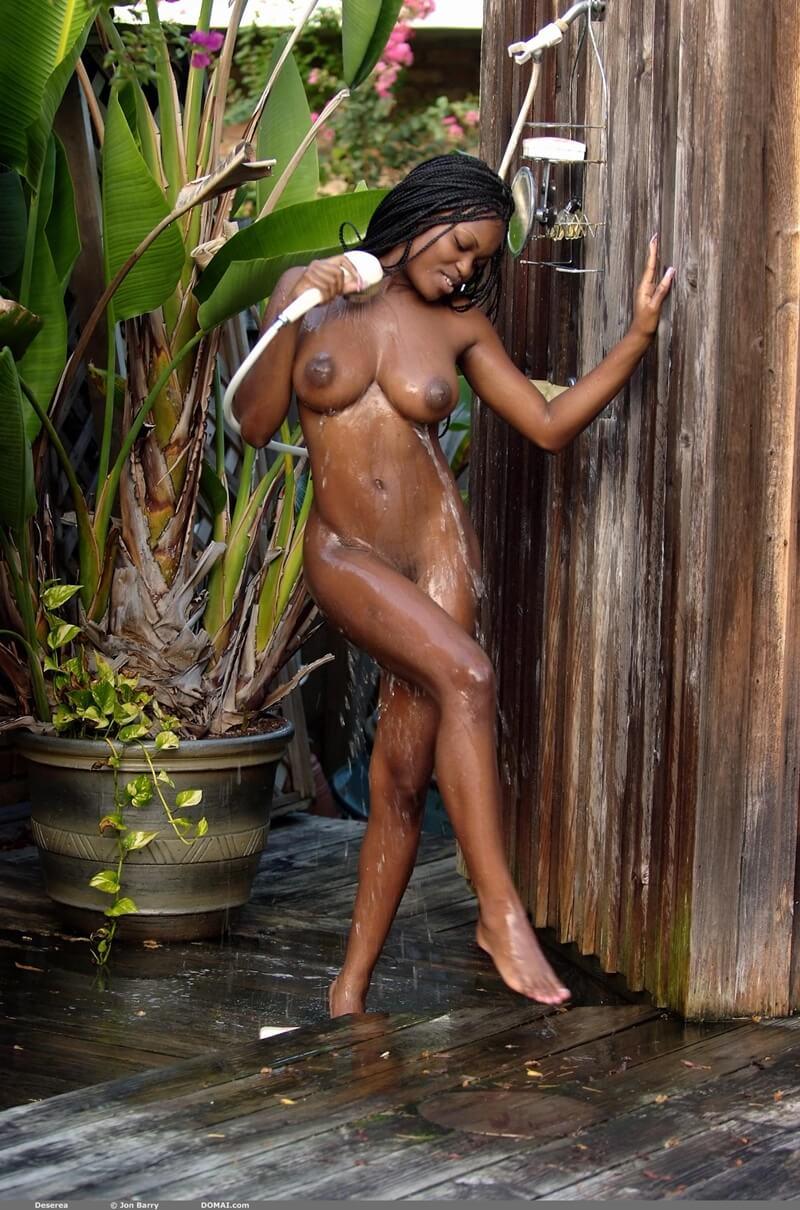 Negra peituda e muito safada tomando banho delicia com tesão