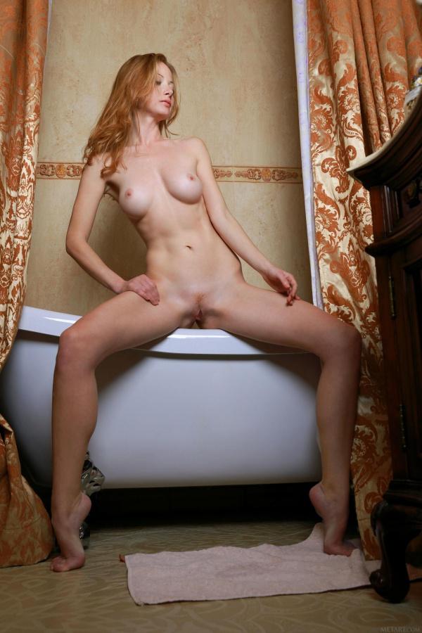 Diana Bronce ruiva linda e gostosa da bunda perfeitinha tomando banho bem