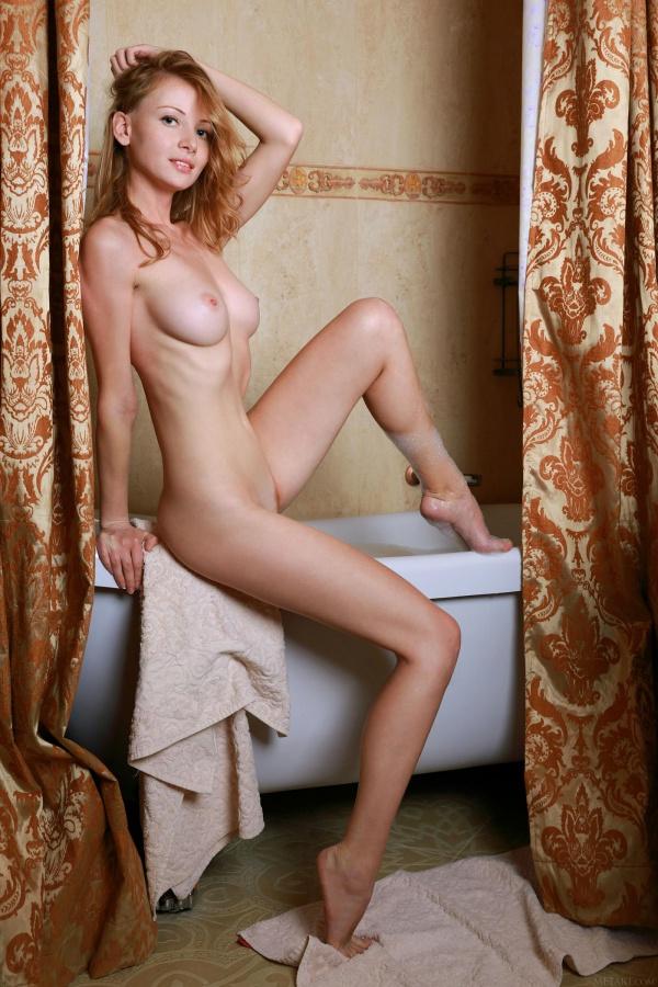 Ruiva linda e gostosa da bunda perfeitinha tomando banho bem