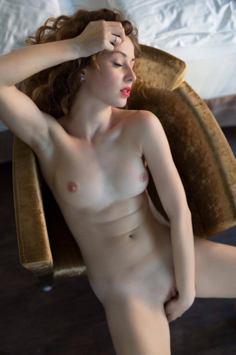 Uma linda gringa mostrando seu corpo na playboy plus.