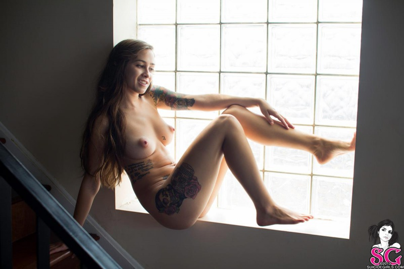 Morena tatuada peituda e rabuda gostosa