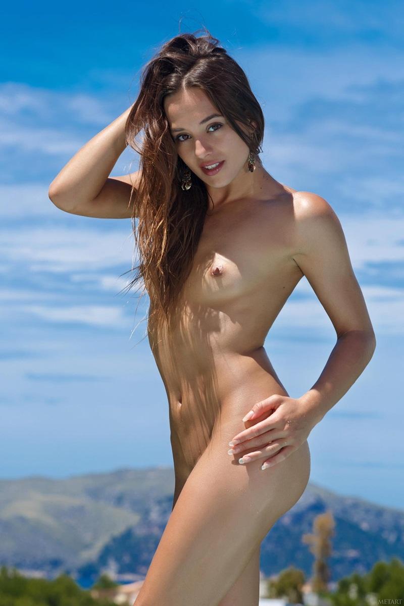 Morena delicia e muito gostosa peladinha na piscina bem sens