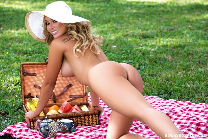 Loiraça peituda com rabão perfeito Playboy
