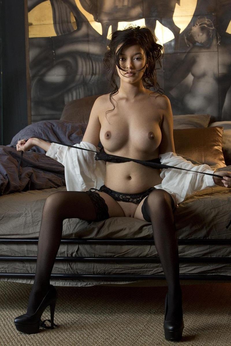 Eden Addams morena gostosa de lingerie preta sensual e safadinha