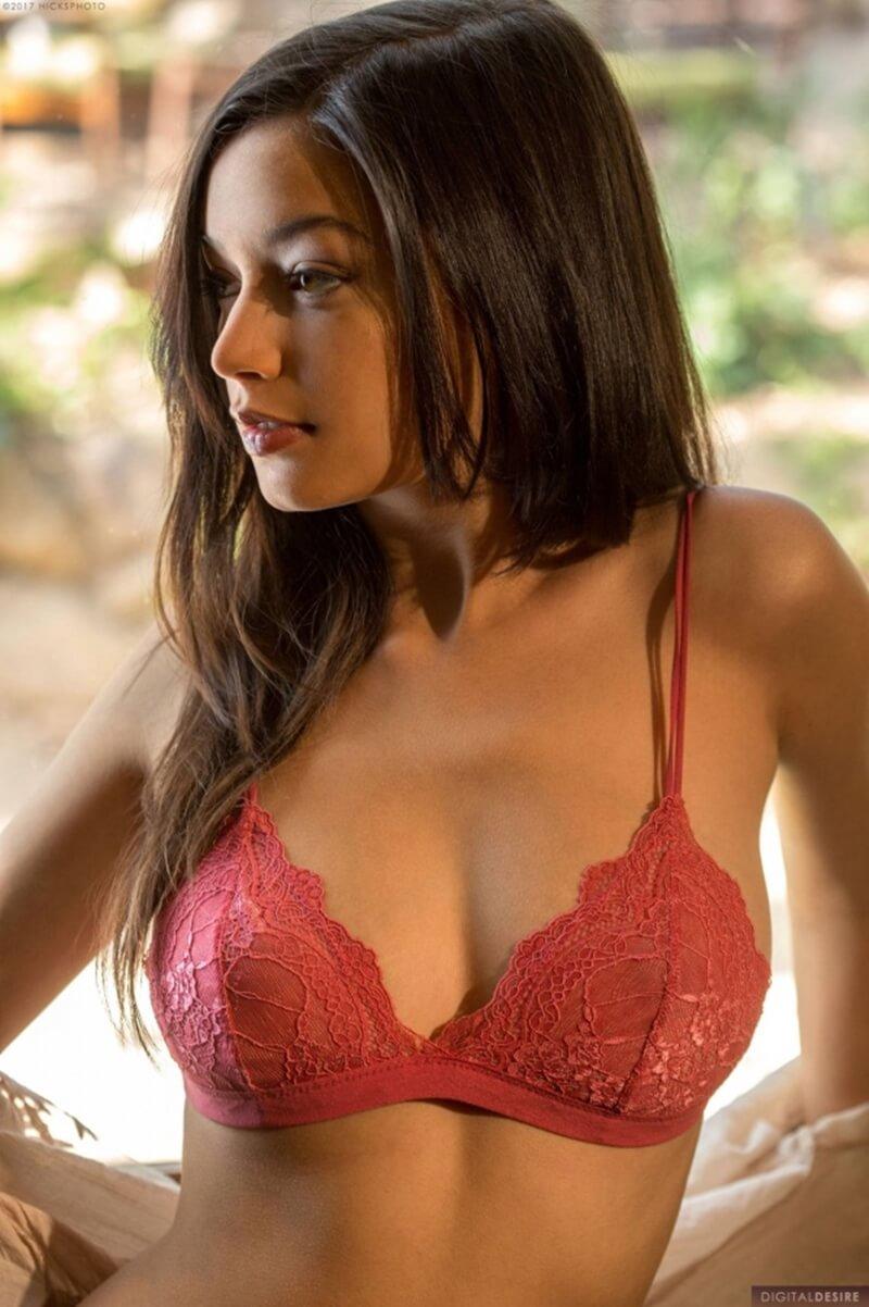 Eden Arya moreninha muito gostosa com seios perfeitos e uma linda bunda.