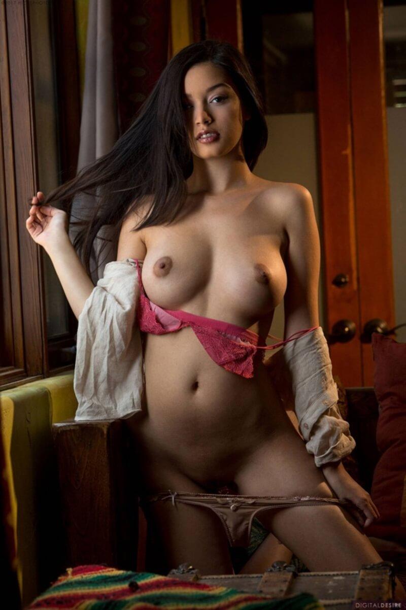Moreninha muito gostosa com seios perfeitos e uma linda bunda.
