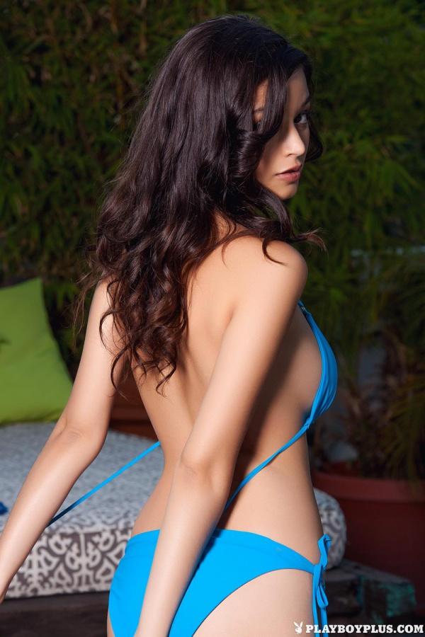 Morena gostosa de peitões naturais pelada pra Playboy