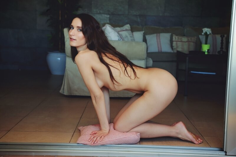 Elina Mikki morena muito gostosa e linda com seios pequenos.