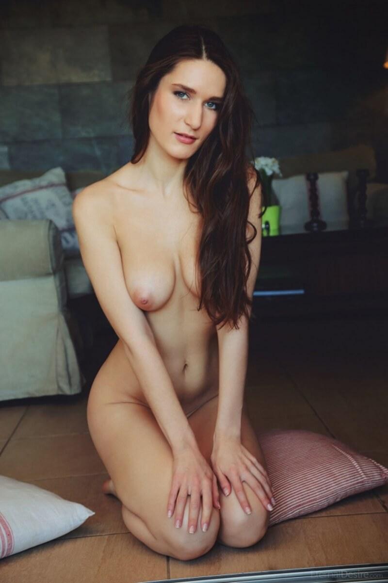 Morena muito gostosa e linda com seios pequenos.