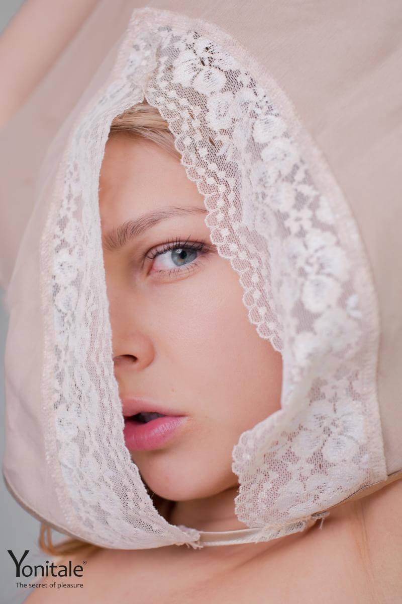 Elise Y magrinha com seios pequenos e um lindo rosto.