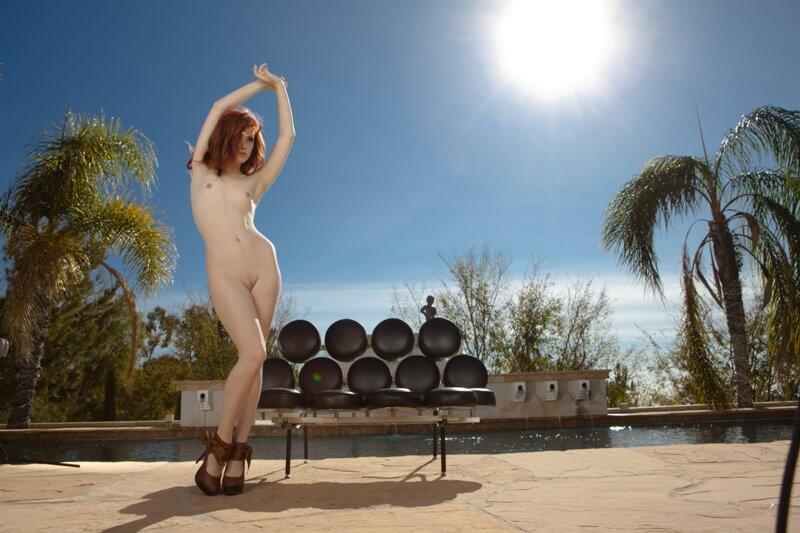 Elle Alexandra ruiva sexy e gostosa com tesão de quatro mostrando a buceta