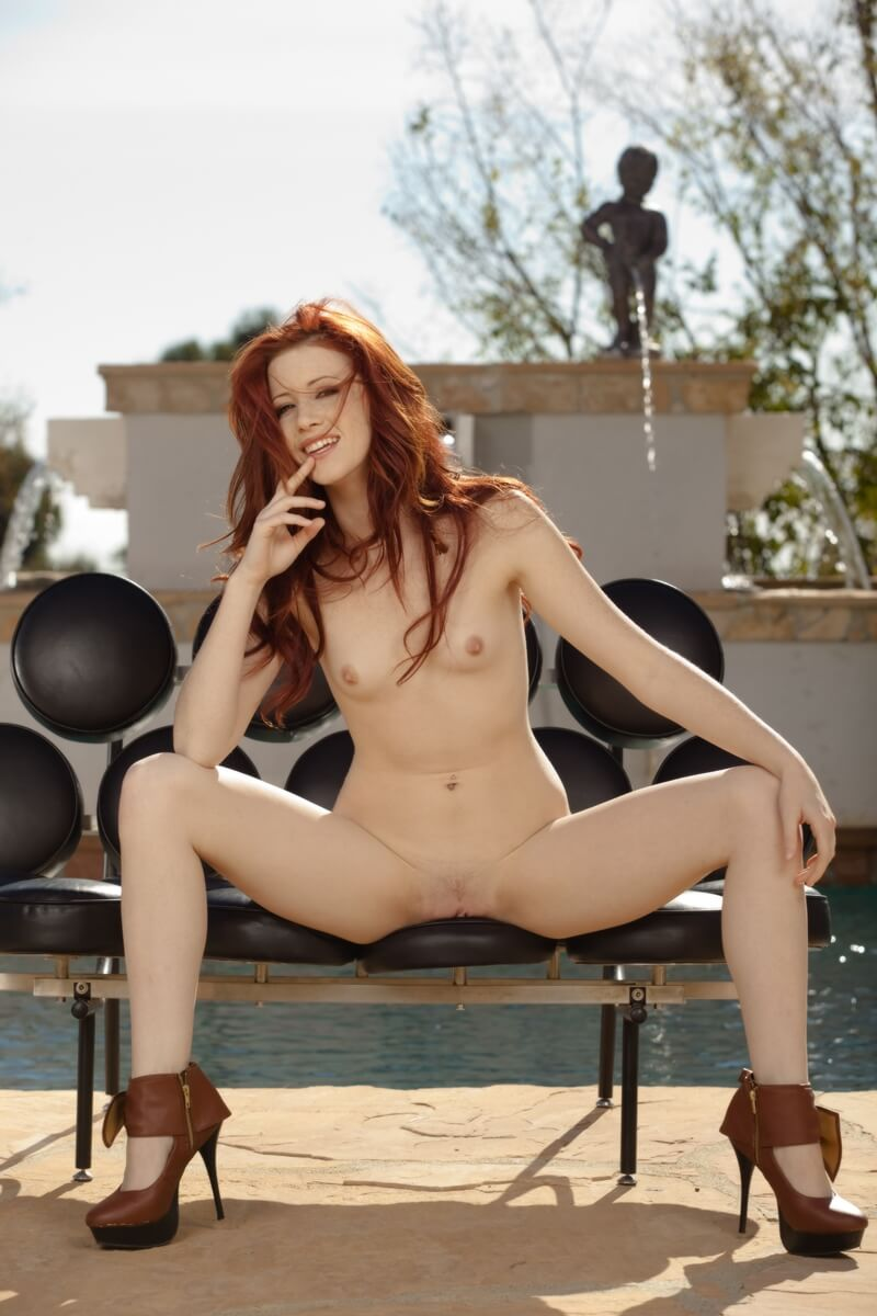 Ruiva sexy e gostosa com tesão de quatro mostrando a buceta