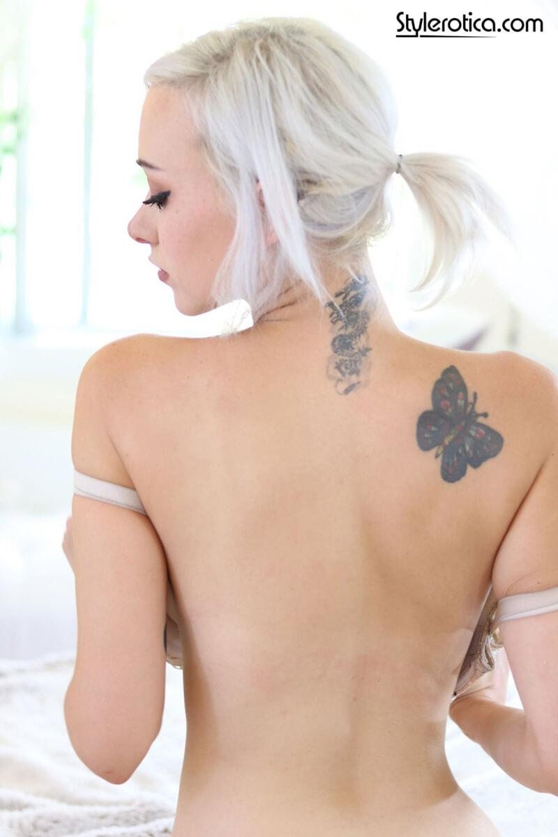Loira peituda e tesuda tatuada muito gostosa pelada