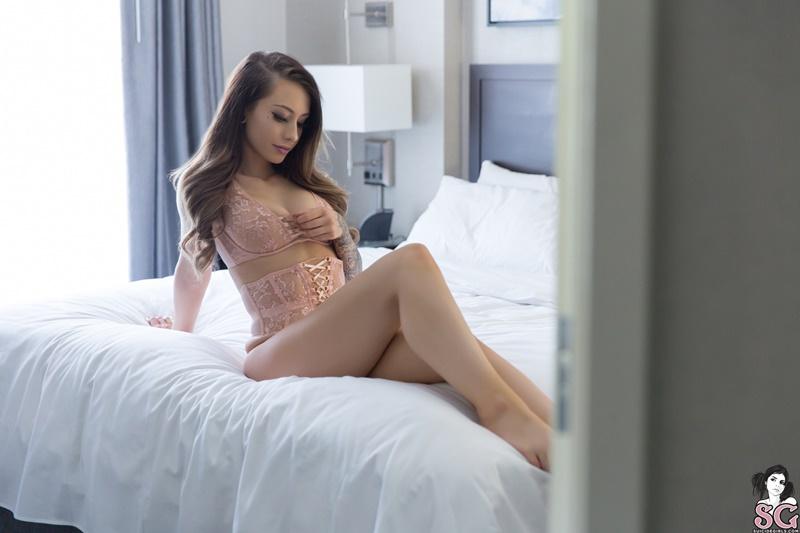 Ellie Suicide Girls morena sexy e gostosa pelada usando lingerie de renda safadi
