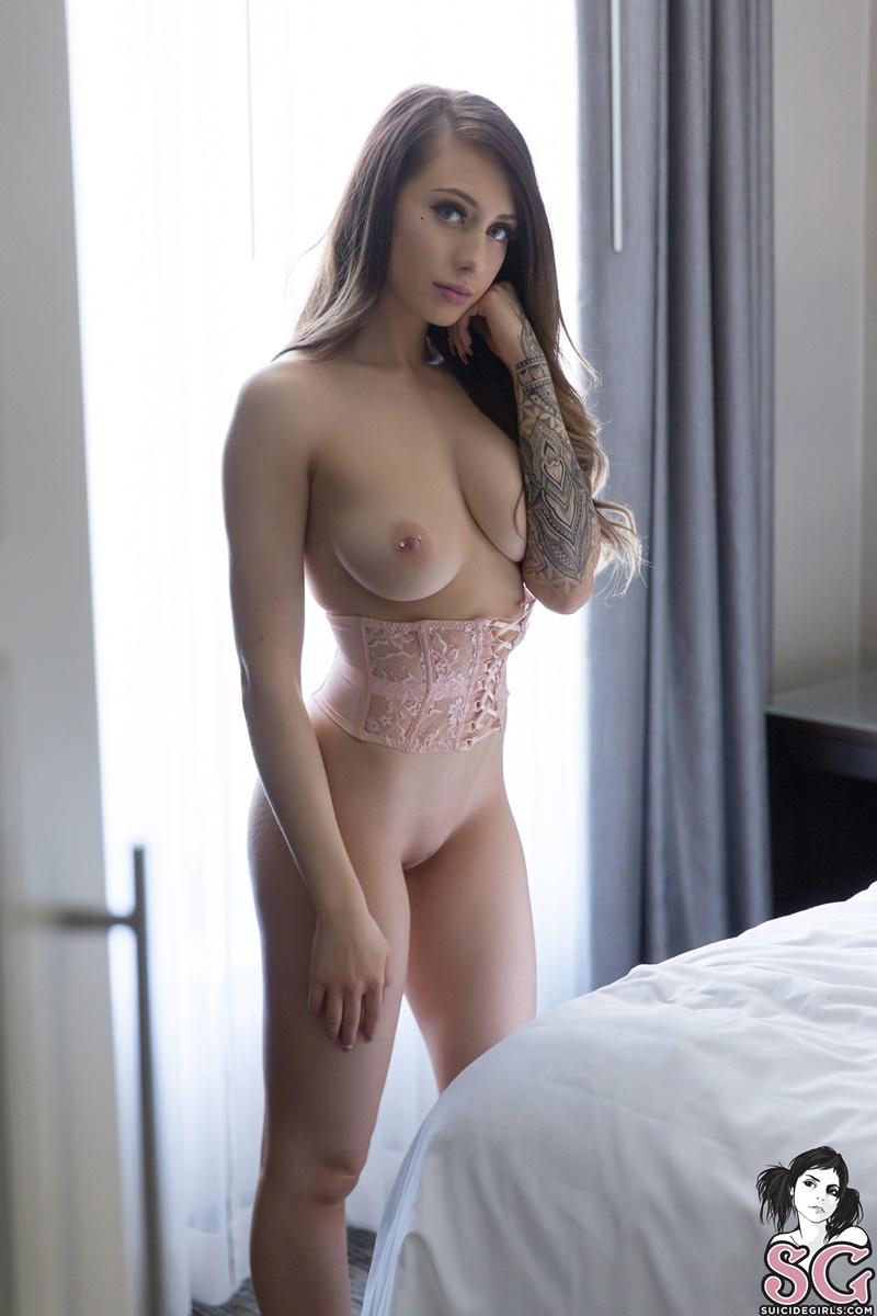 Morena sexy e gostosa pelada usando lingerie de renda safadi