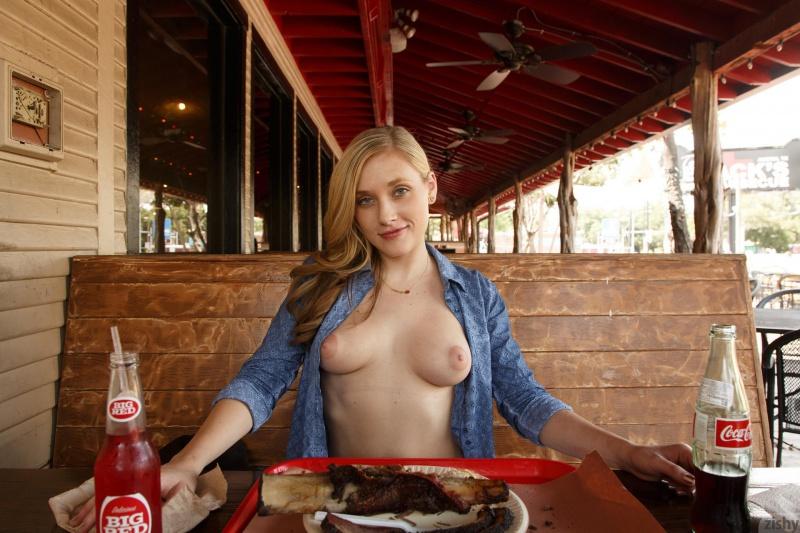 Loirinha gostosa nua restaurante safada
