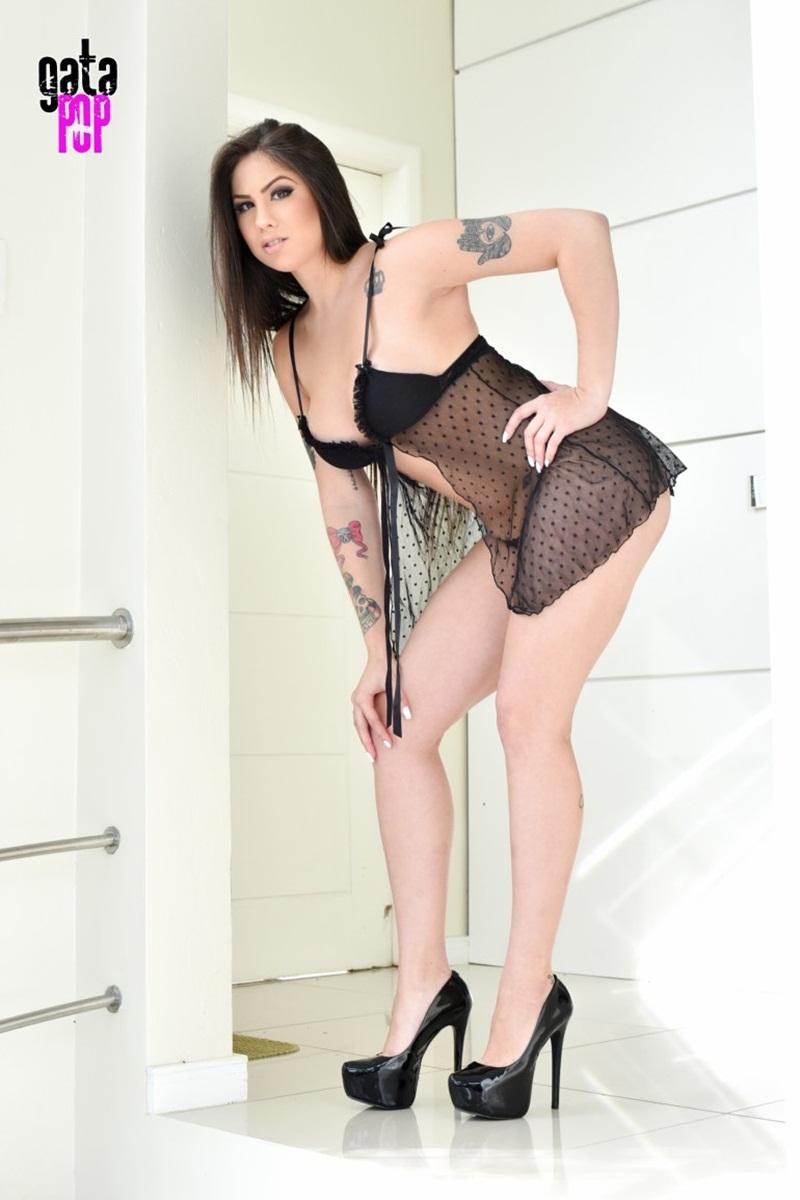 Gostosa morena pelada bem sensual e safadinha para o Gata Po