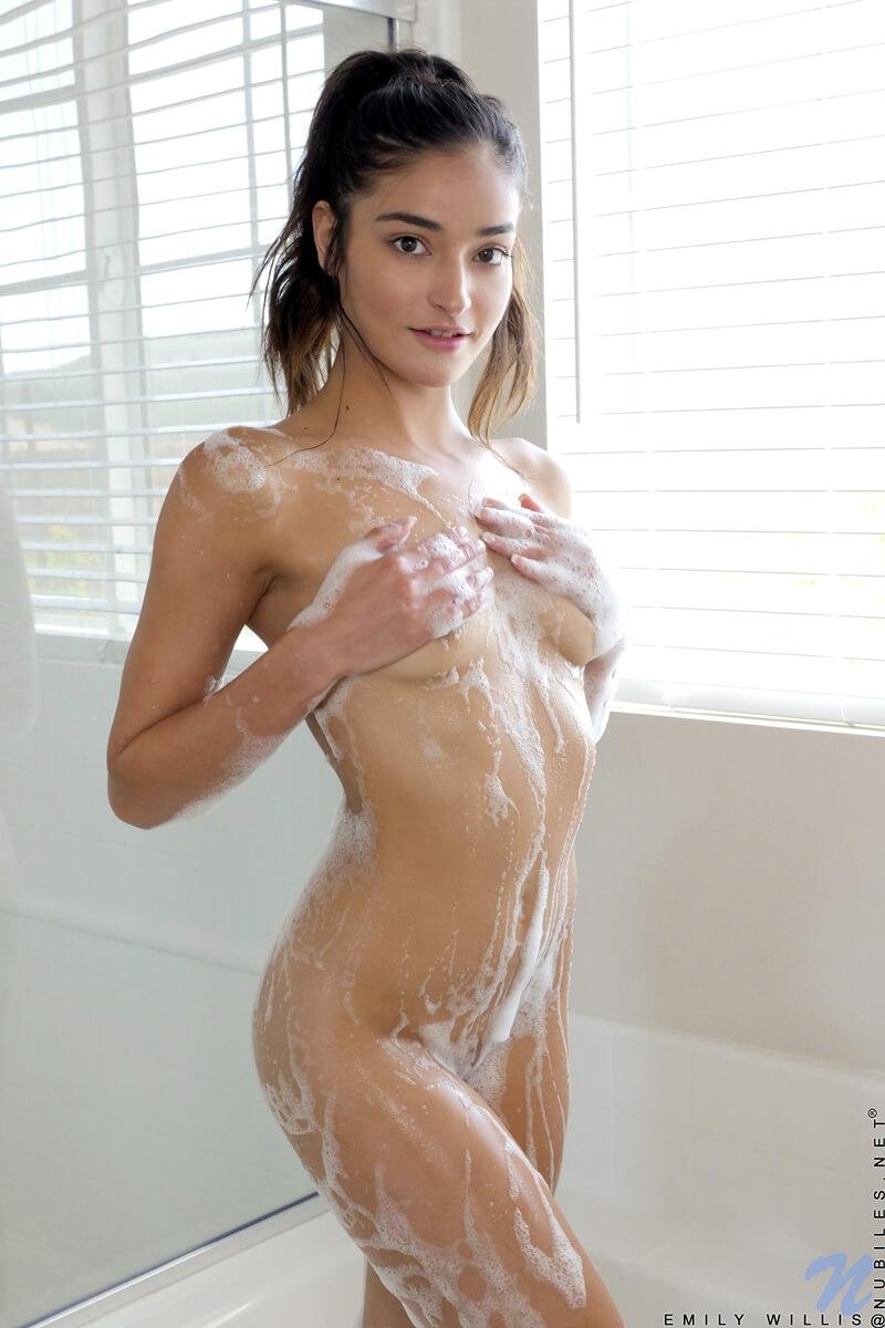 Morena safada e muito gostosa tomando um banho bem delicia