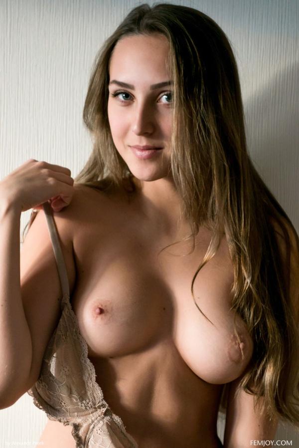 Emmi T gostosa muito linda com um belo corpo e um rostinho perfeito.