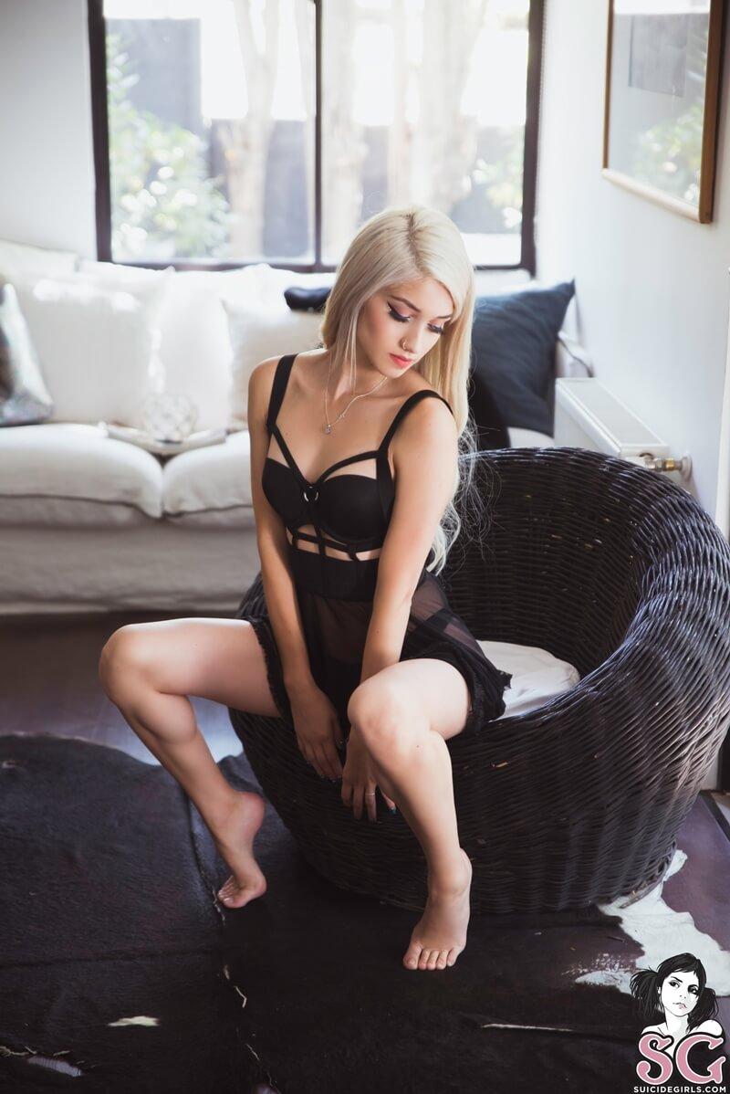 Fay Suicide Girls loirinha sexy e gostosa com tesão peladinha muito linda