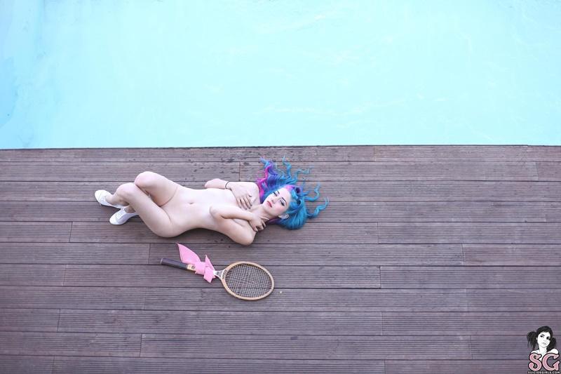 Fay Suicide Girls gostosa pelada na piscina bem ninfeta safada delicia