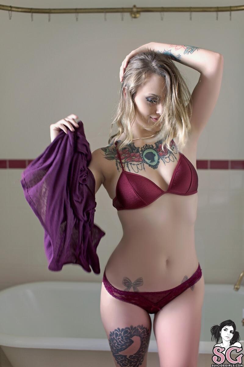 Loira safada e muito gostosa tomando banho delicia