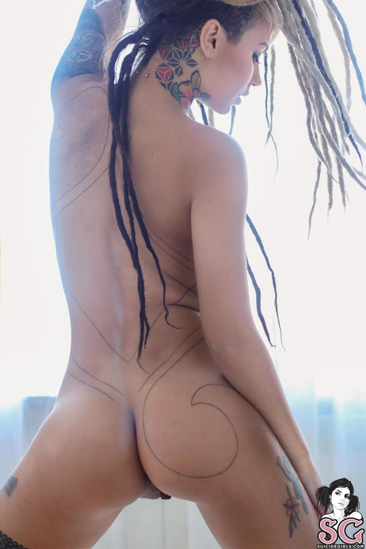Loira gostosa de dreds bem sexy com piercing no mamilo pelad