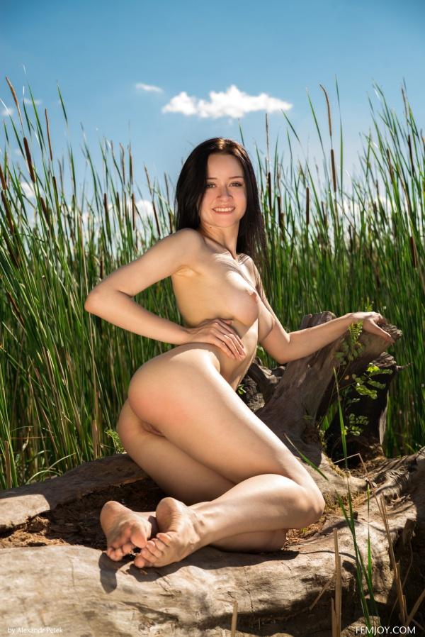Morena linda mostrando seu belo corpinho.