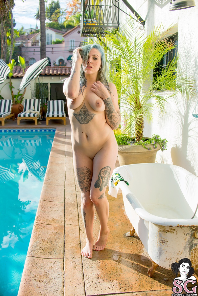 Ninfetinha sensual e muito gostosa nua na piscina safada