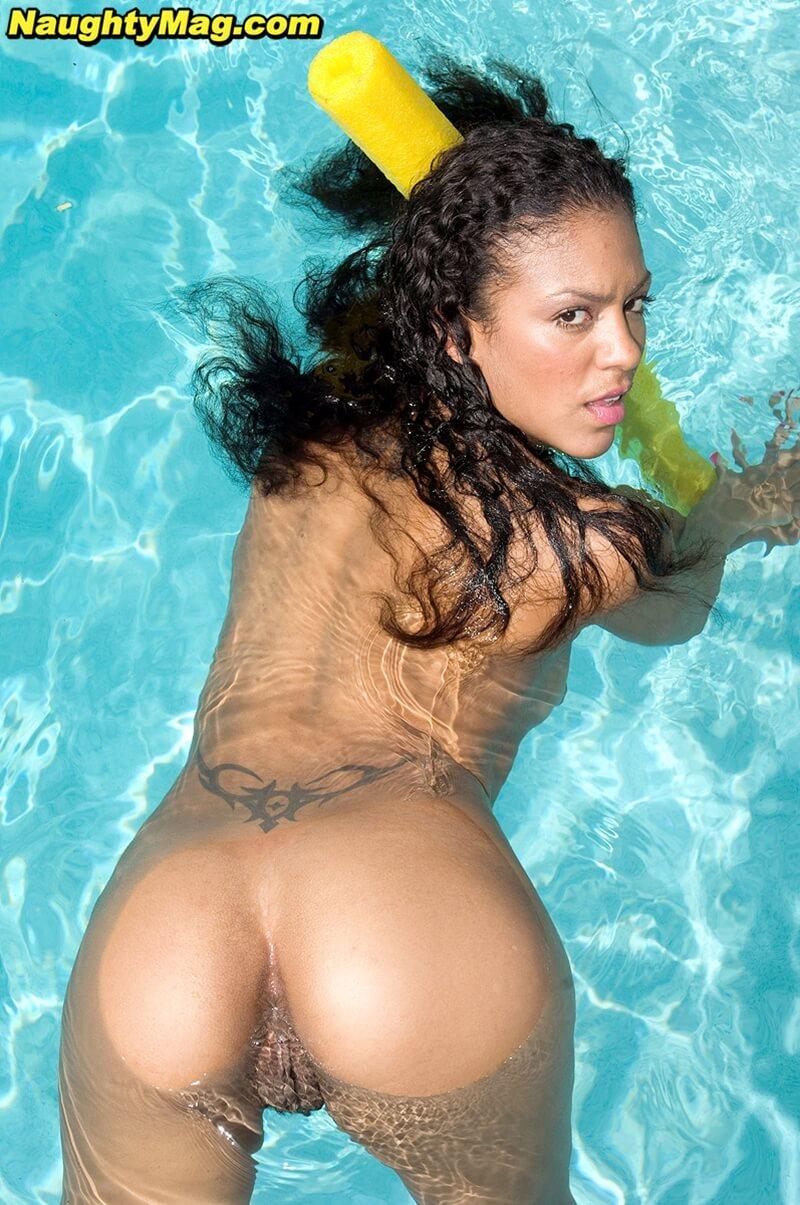 Negra de seios pequenos peladinha na piscina delicia