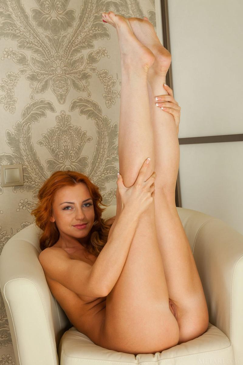 Ruivinha sensual e safadinha muito gostosa tirando a roupa
