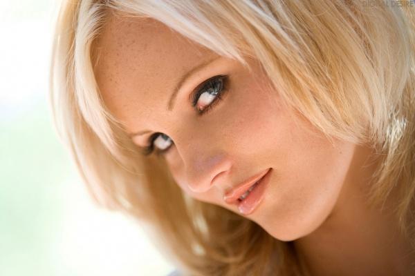 Hanna Hilton loirinha linda com um belo corpo sexy e um par de seios perfeitos.