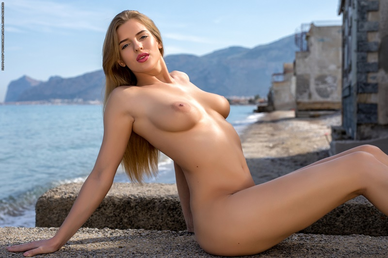 Gostosa sexy e safada pelada na praia muito linda