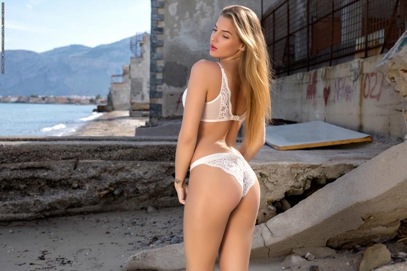 Heather gostosa sexy e safada pelada na praia muito linda
