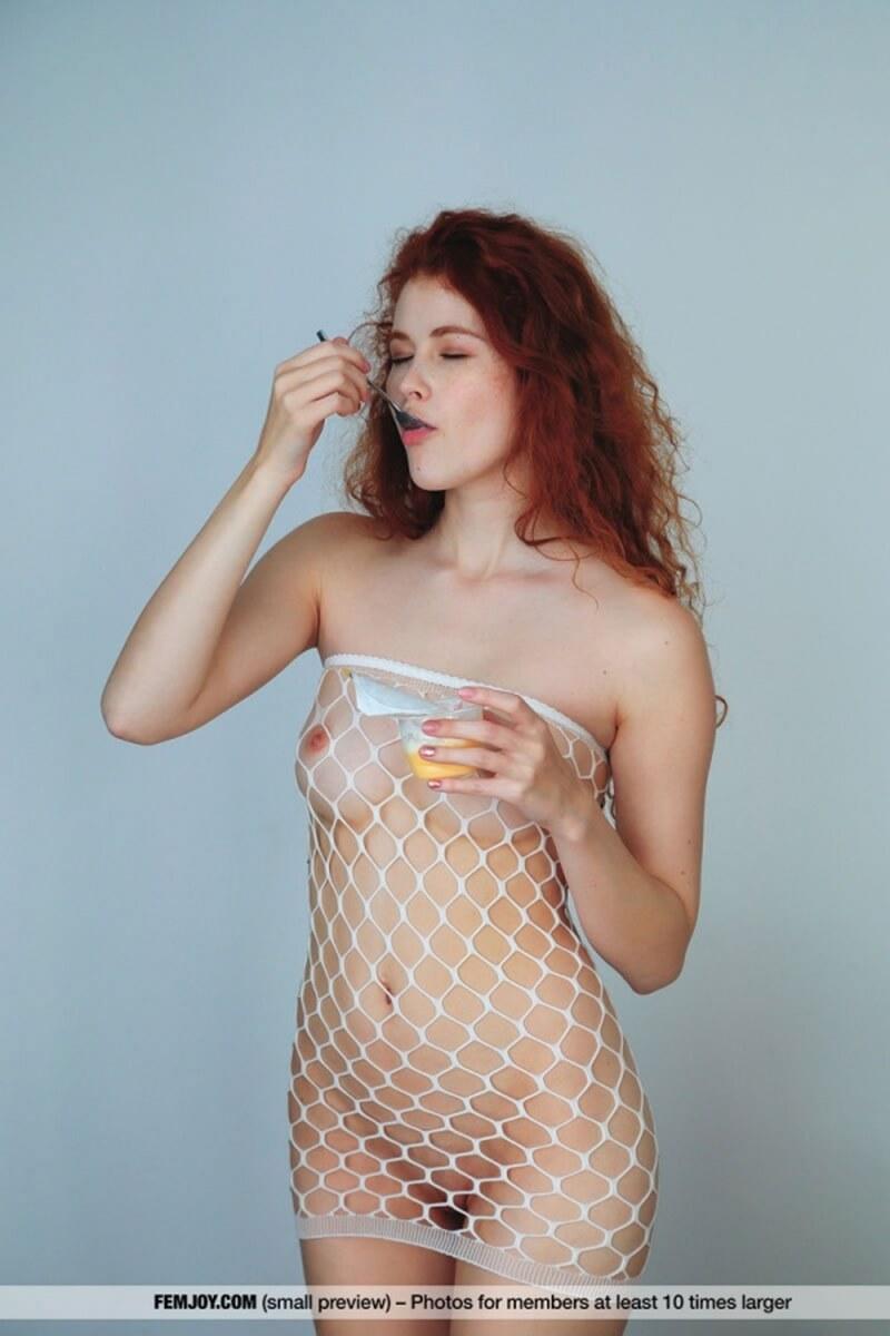 Heidi Romanova ruivinha peladinha mostrando toda sua beleza e sensualidade.