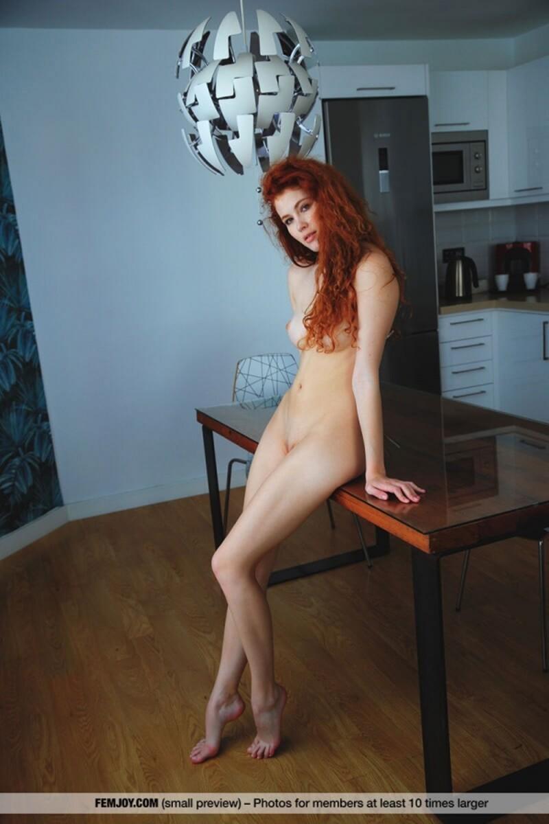 Ruivinha peladinha mostrando toda sua beleza e sensualidade.
