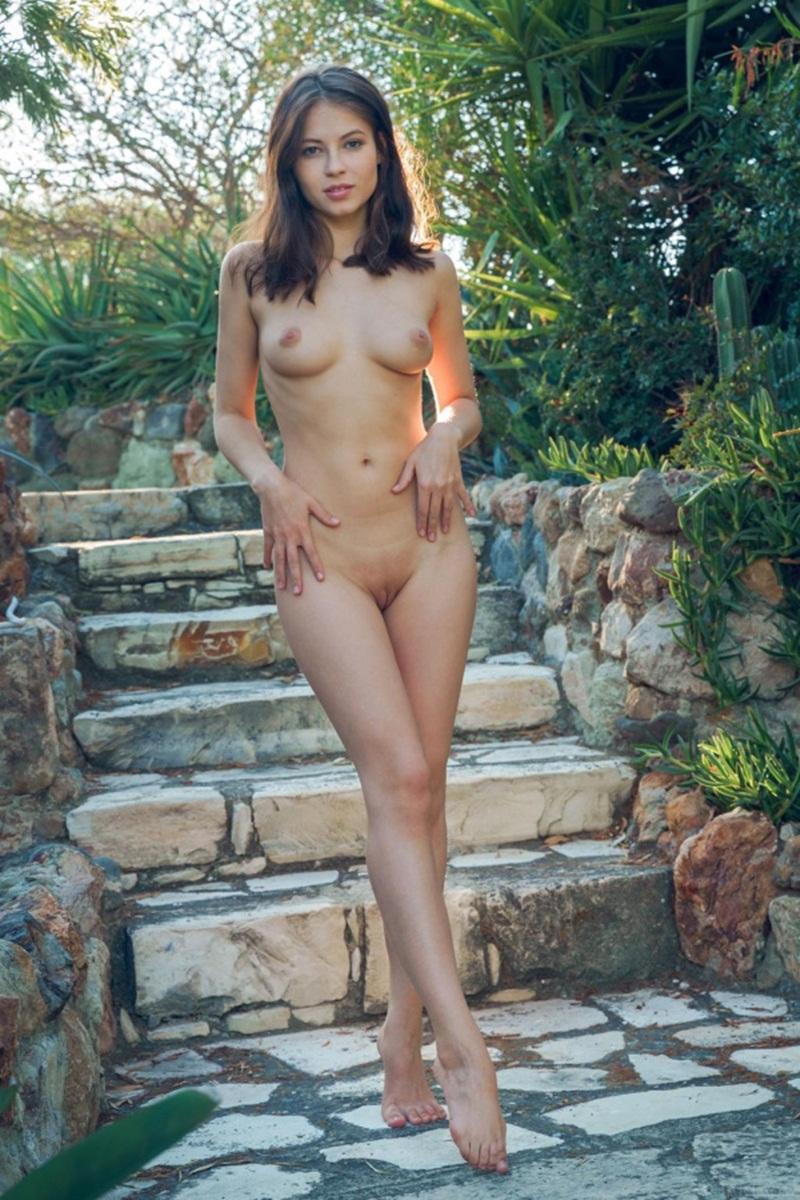 Moreninha sensual e muito gostosa peladinha bem safada
