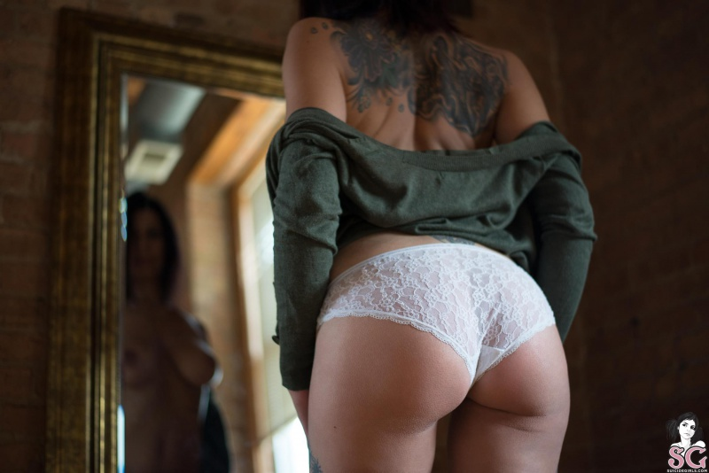 Morena tatuada rabuda linda
