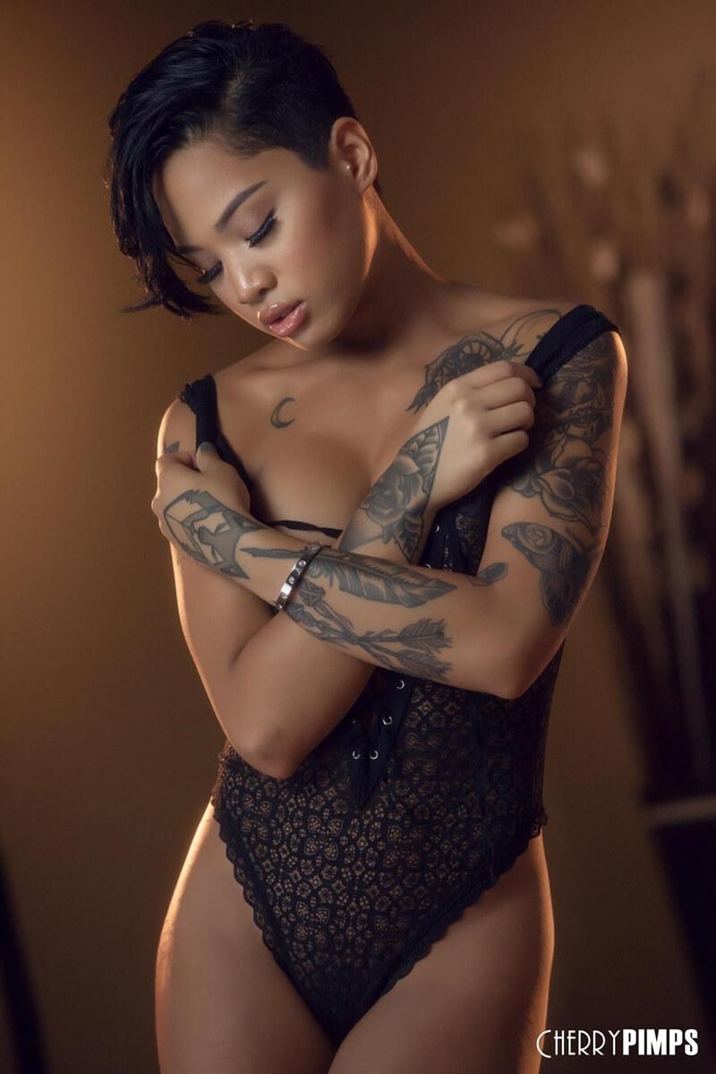 Honey Gold uma linda mestiça com tattoos e um lindo rosto, seios pequenos e uma bela bunda.