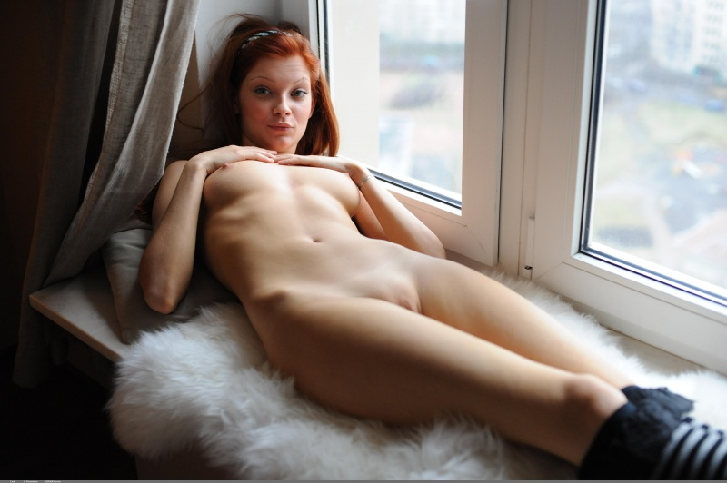 Ruivinha linda da buceta depilada nua janela