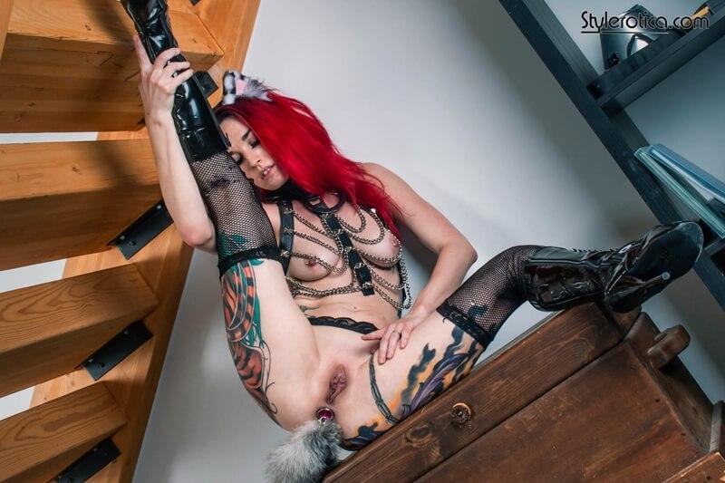 Gatinha tatuada bem safada e gostosa com tesão molhadinha