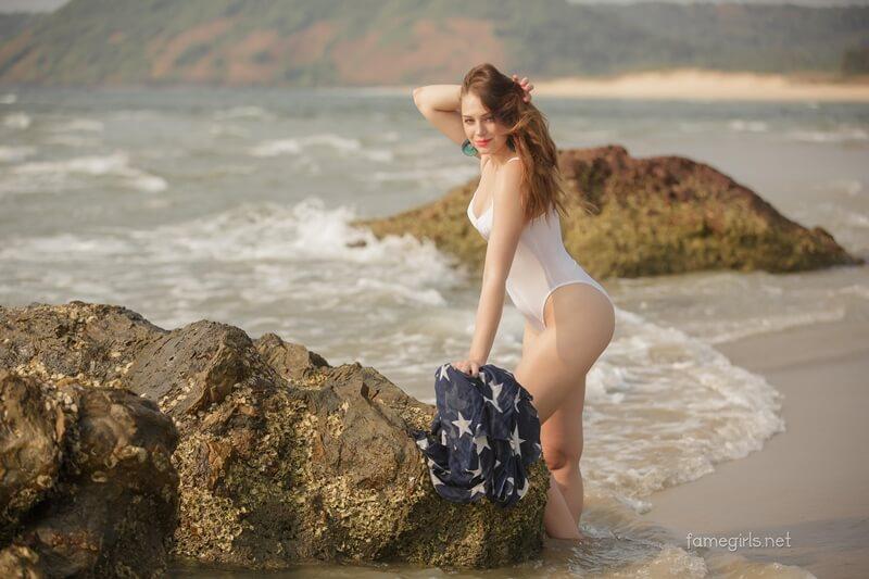 Gostosa bem safada com tesão pelada na praia delicia