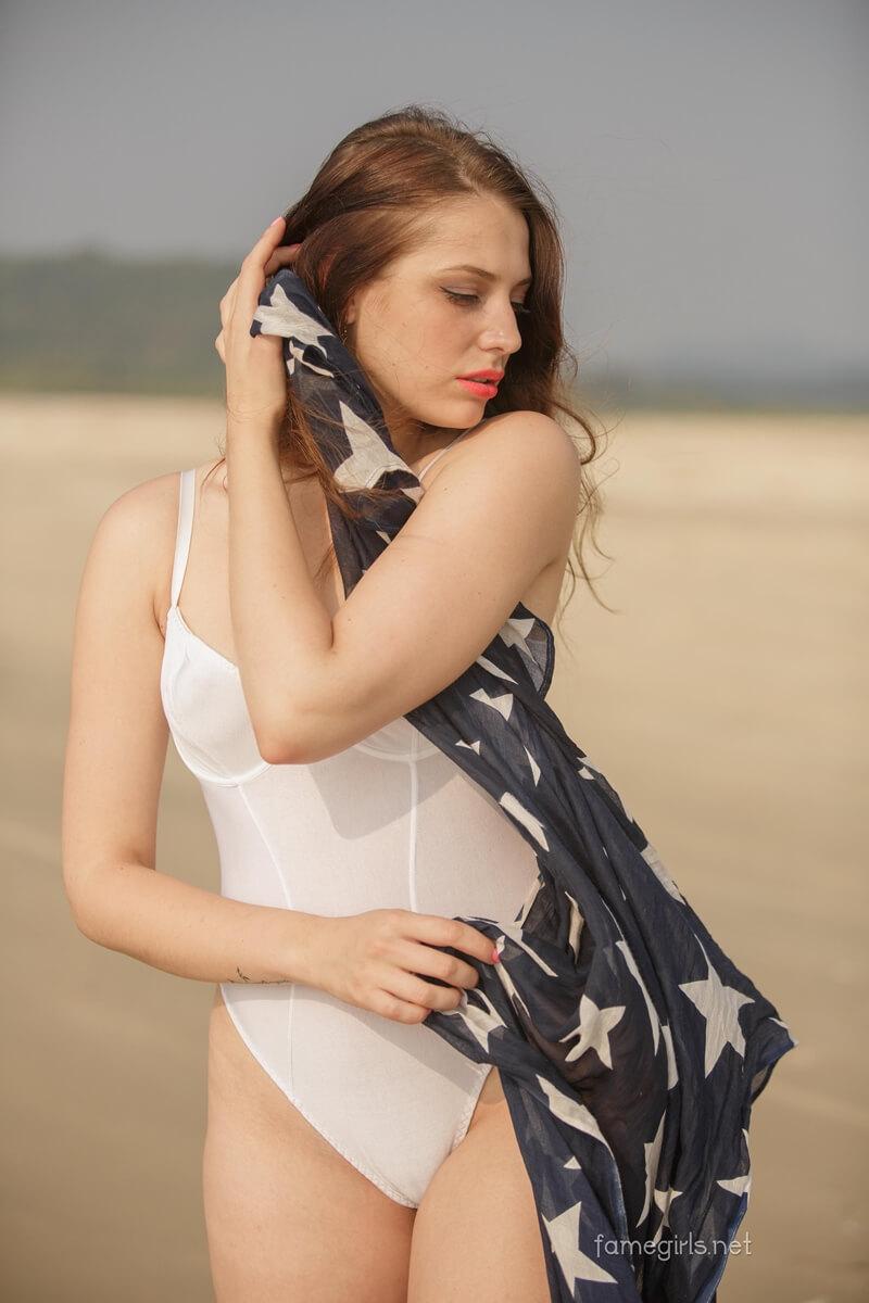 Isabella gostosa bem safada com tesão pelada na praia delicia